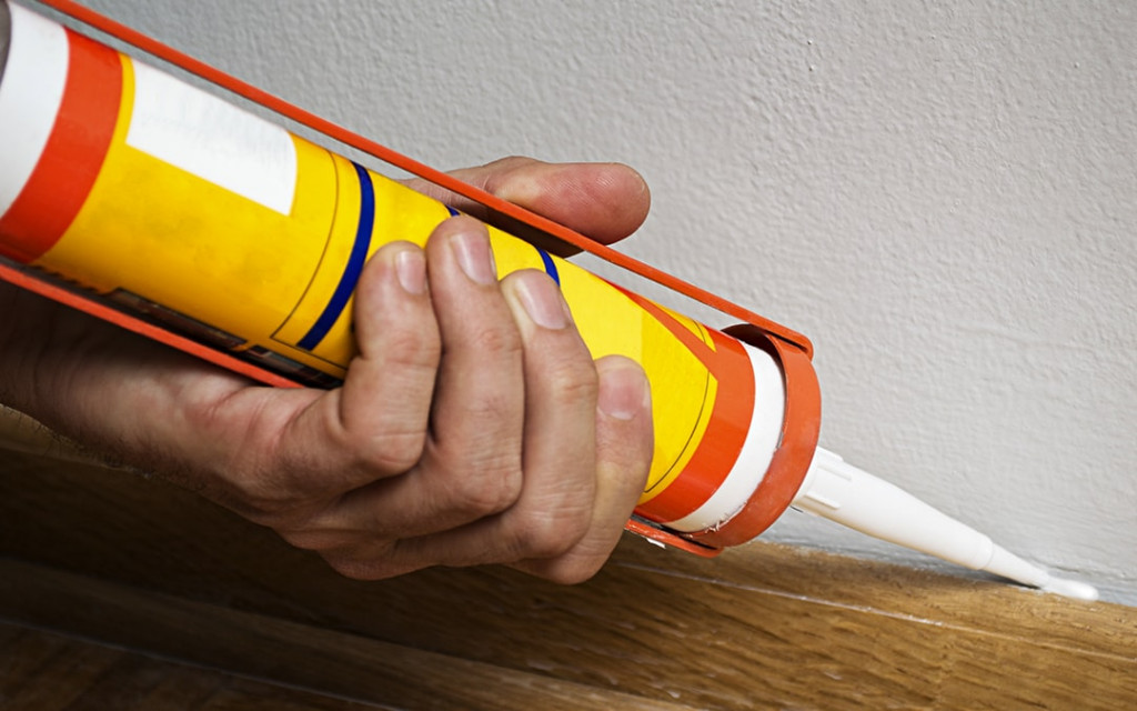 Add-caulk-over-wallpapers-to-avoid-peel-while-painting--min