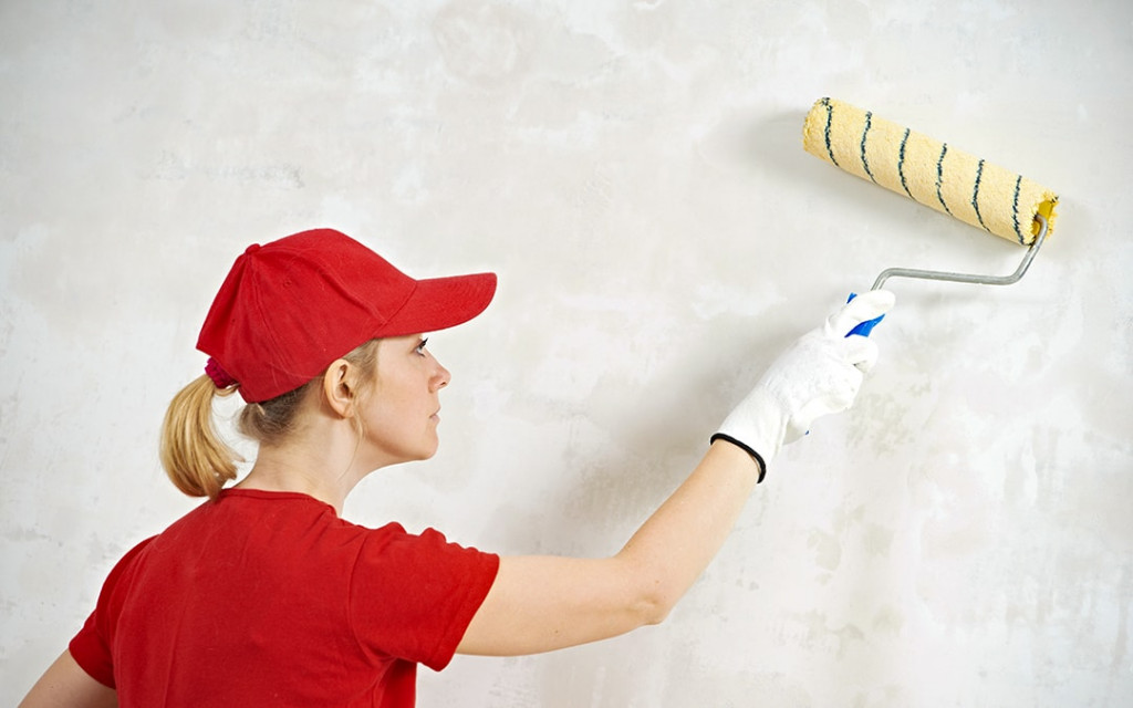 Priming-the-walls-before-painting-over-wallpaper-min