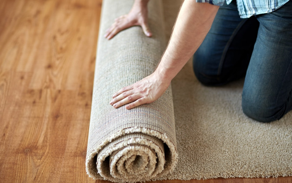 Usage-of-rugs-and-carpets-on-the-floor-of-small-living-room
